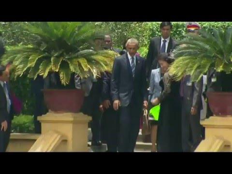Tổng thống Obama cho cá ăn ở nhà sàn Hồ Chí Minh