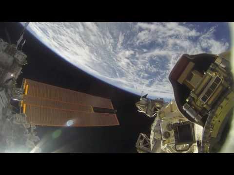Камера МКС сняла человека без скафандра в открытом космосе? Анализ