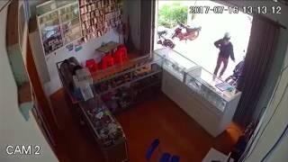 Bà mẹ đơn thân vác bụng bầu đi trộm điện thoại .chắc thiếu tiền đi đẻ