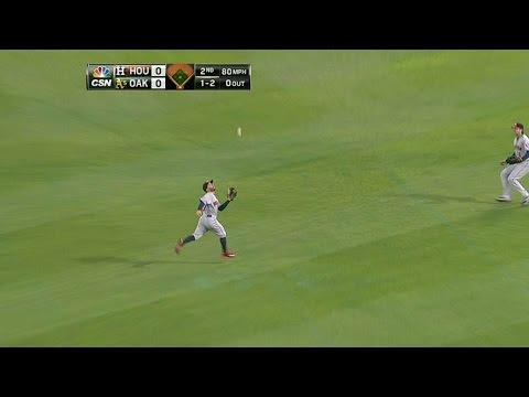 HOU@OAK: Altuve runs into right for a tough catch