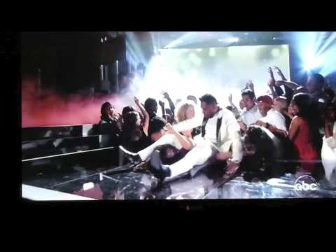 Miguel Legdrops fans at 2013 BillBoard Music Awards w/ WWE Jim Ross