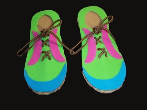 Manualidad de reciclaje: Zapato de cartón para aprender a atar los cordones de los zapatos