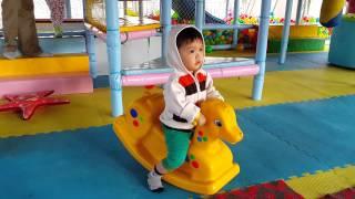 Bé cưỡi ngựa
