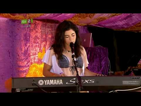 Marina and the Diamonds - Obsessions (Live acoustic Isle Of Wight Festival + Intro 11/06/2010)