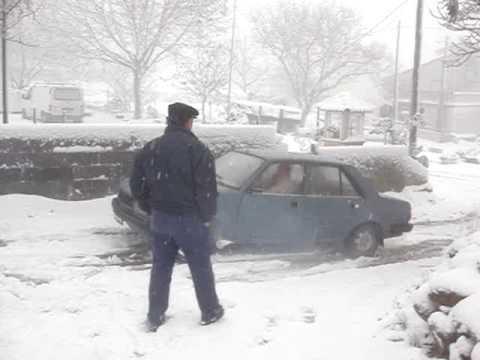 Carro a derrapar na neve em Travancas, Chaves