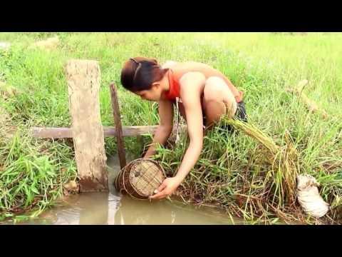 KEREN!! menangkap ikan dengan bubu bambu disaluran air