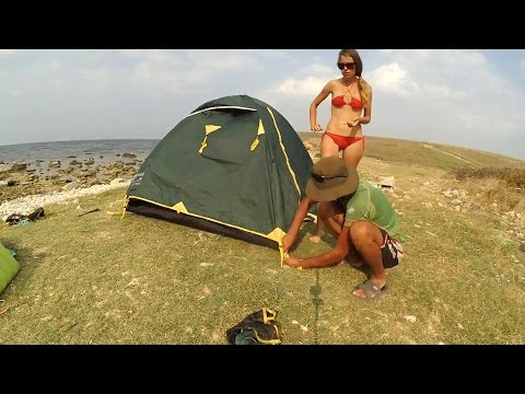 Молодой турист трахнул пьяную красавицу в палатке
