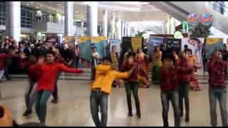 """استعراضات هندية مبهرة لفريق """"بوليوود"""" فور وصوله مطار القاهرة"""