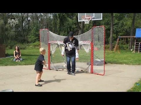 Penguins' Crosby plays driveway hockey