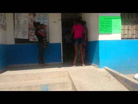 El centro de salud del 17 de dic las mujeres con niños esperan de pie y bajo el sol la atención