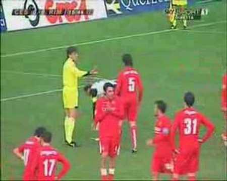 Al 17°minuto Emiliano Salvetti segna il rigore del temporaneo vantaggio cesenate, concesso per atterramento in area di Graziano Pelle'. 13° giornata - 25/11/2006.