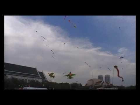 Cerf-volants sur la place Sanam Luang a Bangkok