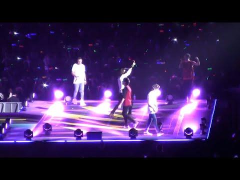 Zayn Malik & Louis Tomlinson Forget Lyrics On Stage! (STOCKHOLM SYNDROME)