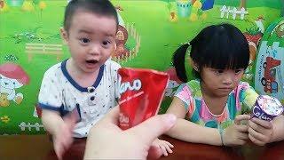 Hai chị em Gia Linh nhận biết hát gọi màu Tiếng Anh với kem