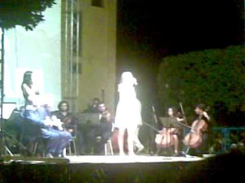 Serena Autieri dedica Reginella a Massimo Troisi