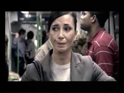 Mujer maltratada en el metro.
