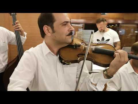 Burka Sándor és zenekara játszik