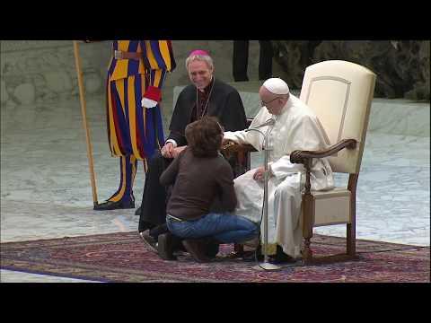 Bambino sale sul palco durante l'udienza di Papa Francesco. il Papa: 'È argentino, indisciplinato'