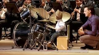 Download Lagu Garoto de 3 anos toca bateria de forma inacreditável Gratis STAFABAND