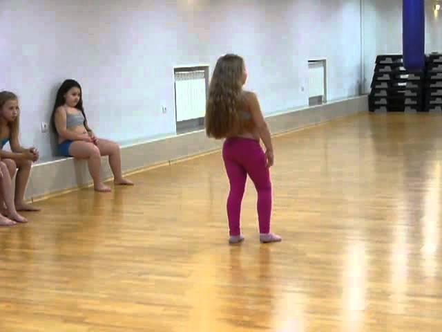 Cмотреть онлайн бесплатно Очень взрослый танец от маленькой девочки. 1080p