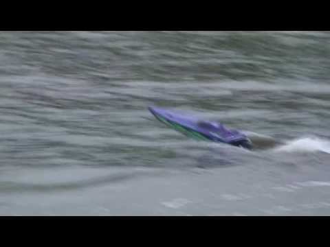 R/C Boat Supervee 27 VS The Waves!