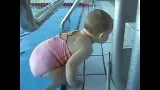 Bebê caindo na piscina
