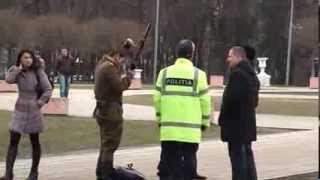 Soldat sovietic înarmat, eliberator/ocupant, oprit lîngă arc