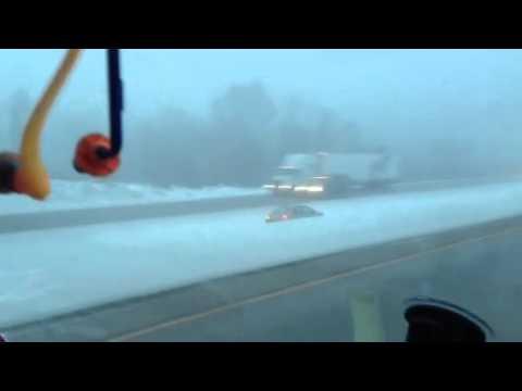 Traks autovadītājs izbauda ziemas priekus