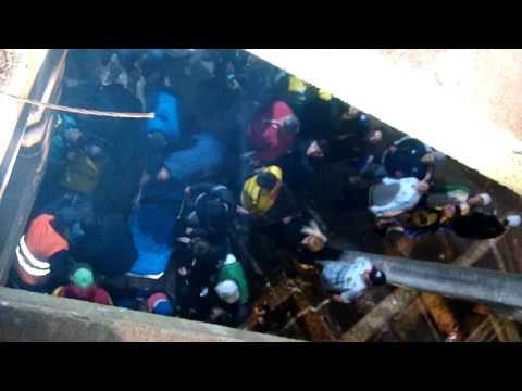 Así se llevaron a los heridos que cayeron de la tribuna