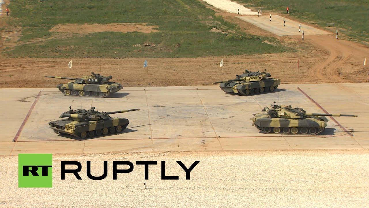 Установка башен на конвейер окончательной сборки танков т-34 уральского танкового завода 183 в нижнем тагиле