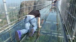 Самый длинный стеклянный мост в мире открылся в Китае (новости)