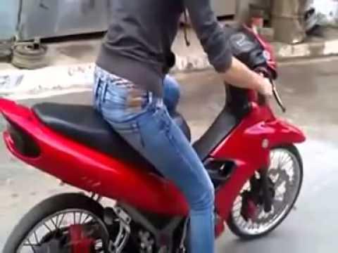 Mujer Se Estrella Aprendiendo A Manejar Moto video