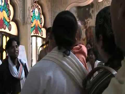 kirtan con Bhakti bhusana swami  chosica 4- 9- 2011 mp4  parte...