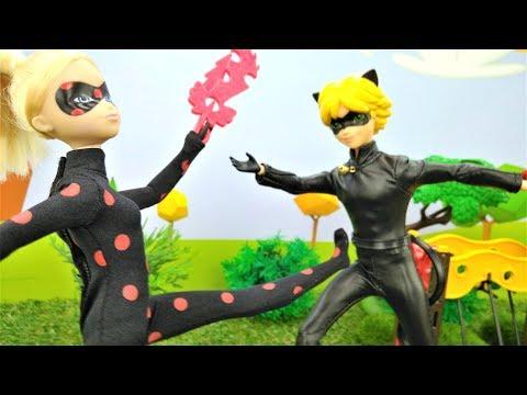 Леди Баг Маринетт и Супер-Кот Эдриан. Видео с игрушками: битва из-за собак🐶 Классная музыка! #Трюки!