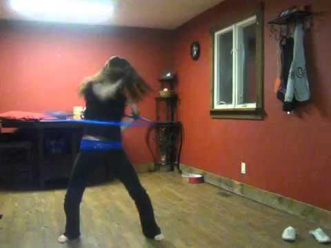 девушка занимается с гимнастическим обручем