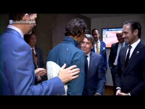 El Príncipe Felipe felicita a Ferrer y a Nadal en el vestuario