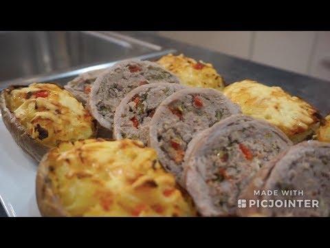 Сочный мясной рулет вместе с гарниром из тушеной картошки в духовке