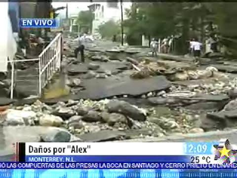 Calle destrozada por Huracan Alex