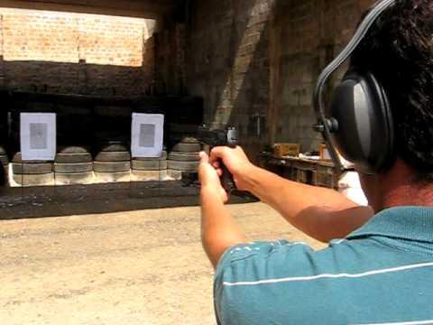 Marconi Marques atirando com uma pistola .40