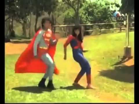 なかなかアクの強いスーパーマンとスパイダーマンのダンス!?