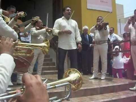 El Padre Luis Javier Saenz canta Granada