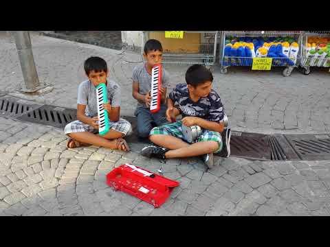 Üsküdar'da, Eminönü iskelesinin önünde bir çocuk, elindeki enstrümanıyla sokak sanatçılarının yanına gidiyor ve 2 dakikalık müzik ziyafeti başlıyor. Müzikten, sanattan, sanatla uğraşandan zarar gelmez. ile ilgili görsel sonucu
