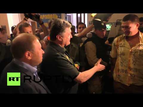 Ukraine: Watch Poroshenko don pro-Kiev badge in Mariupol