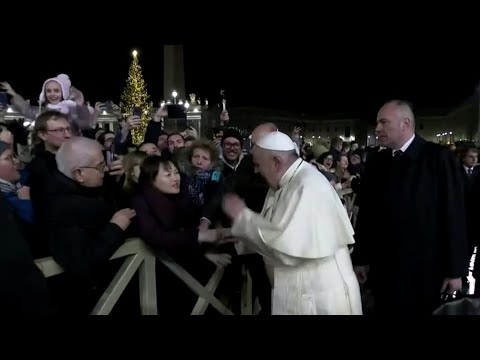 Pope sorry for slapping hand of woman who grabbed him