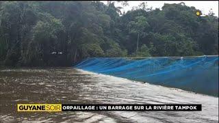 Orpaillage: Un barrage sur la rivière Tampok.