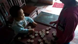 Bé chơi cờ với trụy :-)