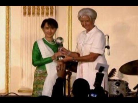Aung San Suu Kyi Menerima Penghargaan Global Citizen 2012