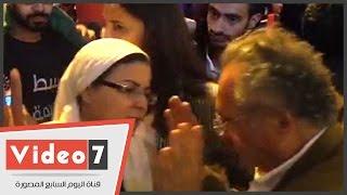بالفيديو..رجل يهاجم إسراء عبد الفتاح والأسوانى بصالون ممدوح حمزة الثقافى: