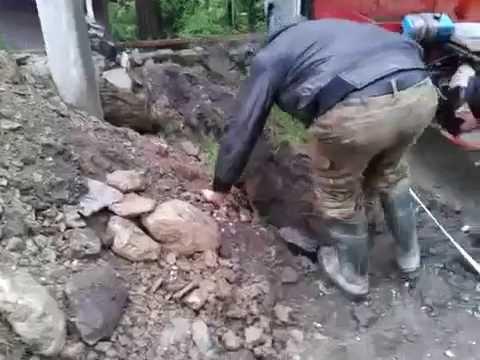 С мотороллера — в яму .