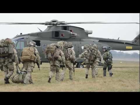 Loadmaster På EH101 I Rollen Som Taktisk Troppetransport